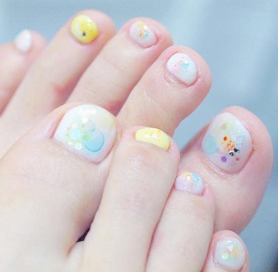 脚指甲可以画上可爱的小花朵,或是春日里的蓝天白云,让春日花园彷佛从