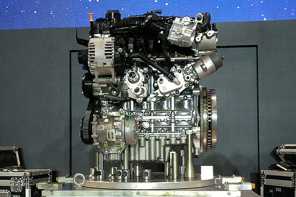光功率扭矩大还不算牛。这台发动机真正宣传标榜的重点是它的热效率:超过37.1%。这也意味着它不光能跑,而且还能少吃草。奇瑞宣传的数据是,它对应在新车M13T上的综合油耗为6.3L。M13T是一辆SUV,比照来看的话,这个油耗数据也算是惊人的。 PPT当然不会只说数据,更着重介绍了它的技术应用。例如它采用了压铸技术的铝缸体,所以轻量化很好(比第二代轻12公斤)。直喷涡轮增压、水冷式中冷器这些时髦的设计,也都是毫无悬念的。在细节技术的优化上,奇瑞也像海外厂商一样,进行了大量的专有名词包装和介绍。例如