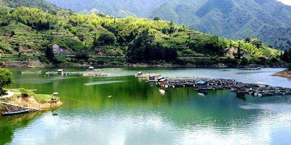 钱江源国家森林公园位于开化县西?#31185;?#28330;镇范围内,是钱塘江源头。钱塘江源?#20998;?#34987;保护完好,有千米以上山峰25座。