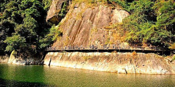 这里以自然山水风光为依托,以道家和台岳文化精粹为内涵,以青山绿水、奇峰怪石、溪流飞瀑、原始森林和现代游乐为特色。