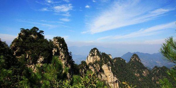 大明山于临安西部顺溪镇,黄山70公里,地形落差达一千余米,因而山高谷深,层峦迭嶂,群耸立,气势十分壮观。