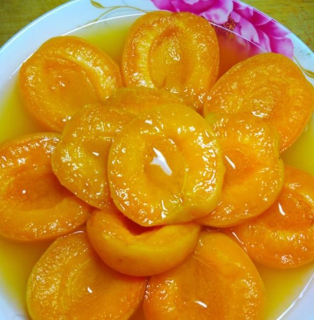买了几斤杏子回家给婆婆吃,婆婆放到锅里一分钟拿出来,儿子吃了十多个
