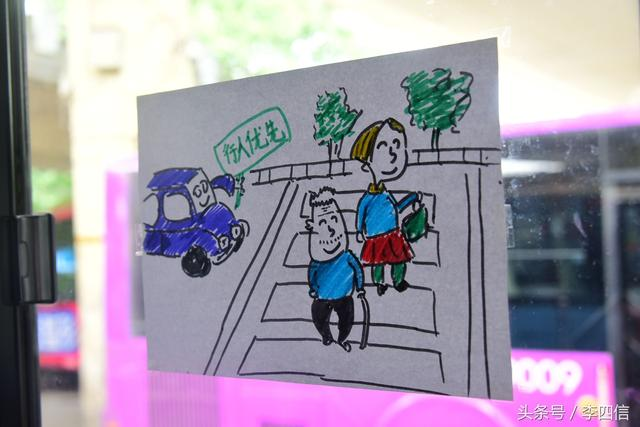 郑州:一公交漫画画车长贴漫画倡导斑马线上礼车窗瑟大全图片