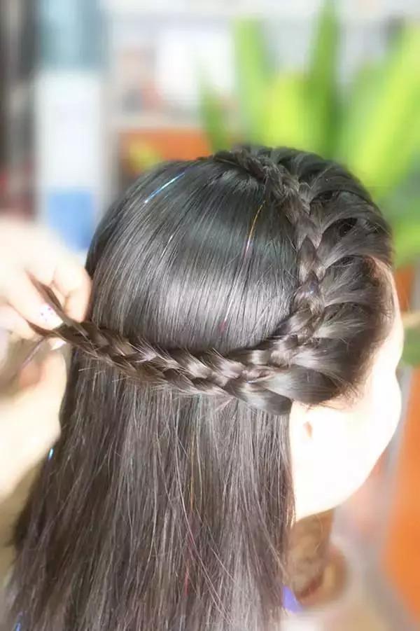 2.从左边取一缕头发和右边编好的辫子扎在一起图片