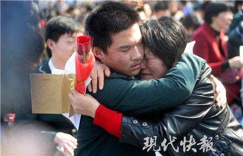 南京一成人为高官举办高中礼,现场哭成一片志学生网中央空调图片