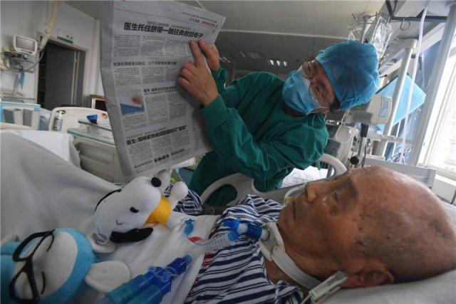 百岁老人住进 icu 女儿女婿每天给他读报