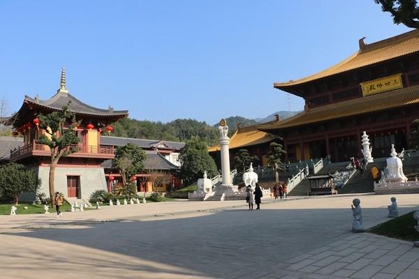 建筑色彩均采用中国传统寺院建筑木结构的色系,木柱,梁均采用栗壳色或