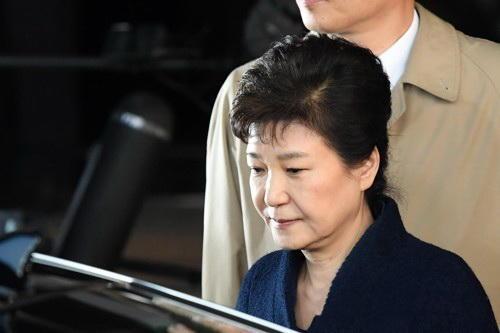 3月22日早晨,朴槿惠走出首尔中央地方检察厅准备乘车回家