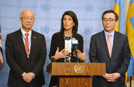 美国常驻联合国代表黑莉(中)