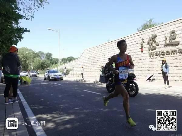 """将专业队员带到十七八公里,他就""""跟着黑人走了"""",直到27公里左右才被甩开,但始终看得到对方。"""