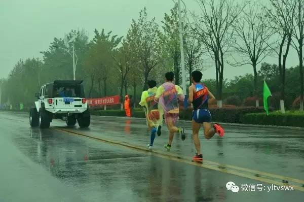 """起先雨下得比较大,到28公里多他们折返后已经变小。王涛全程都穿着雨披,而黑人精英 """"应该是前面穿,后面就扔了""""。"""
