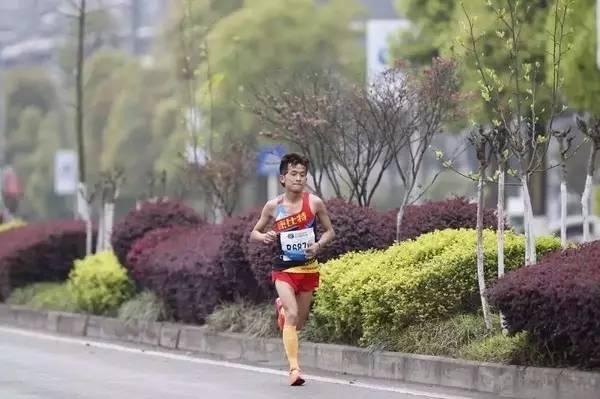 后来他发现自己一个人掉队落单,跑起来更吃力,于是又追上女子黑人第一集团。