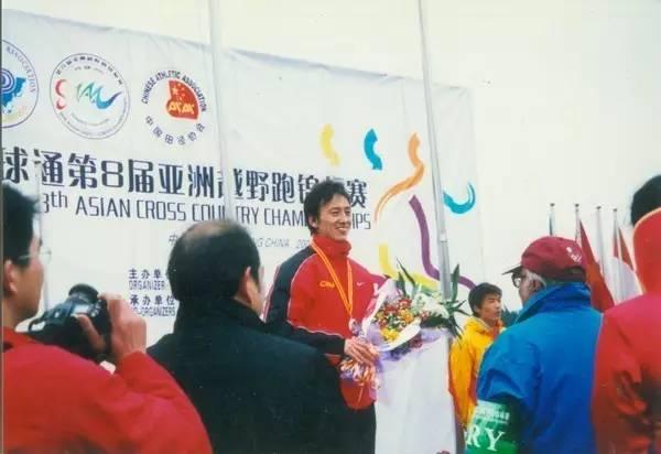 张云山发现他长距离有天赋,于是让他专攻马拉松。