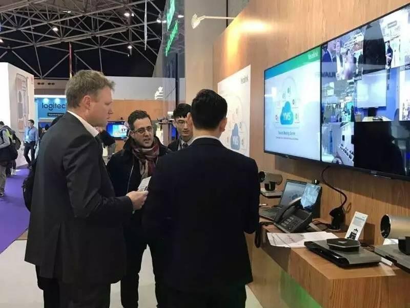 荷兰ISE展会上,亿联视频会议服务器受到关注,工作人员正在讲解