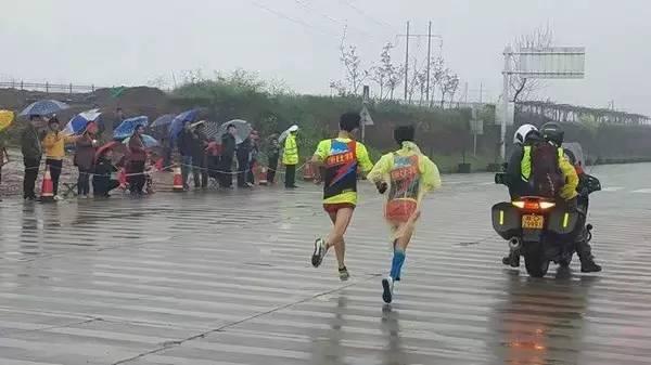 快到转折点时,他们和最后一个黑人和暂居国内第一的中国选手打照面,发现自己大概被拉下800多米。