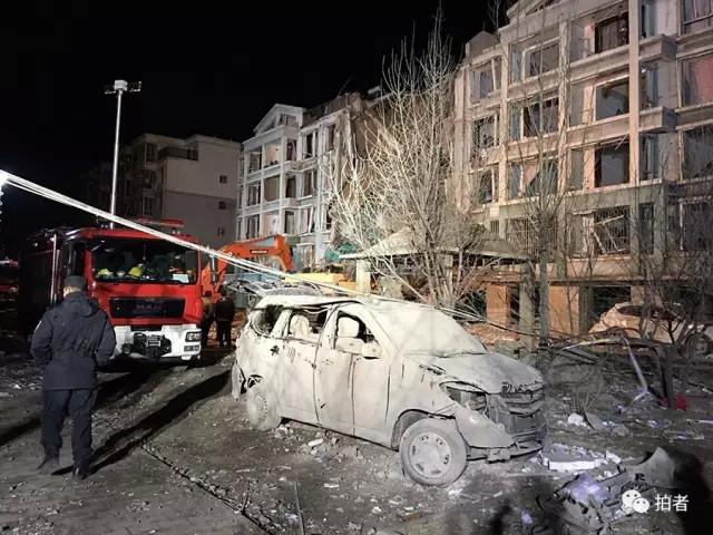 多名消防人员、武警、特警、医疗人员在进行救援.   爆炸单元图片
