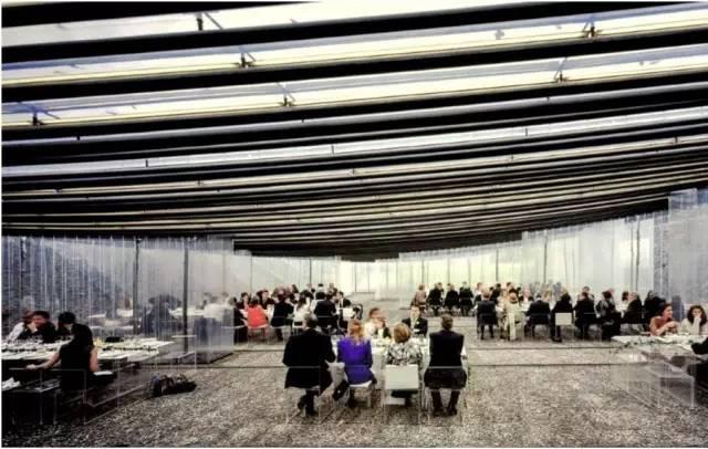 空间中随处可见透明的树脂玻璃桌椅,仿佛客人飘浮在空中。 (Hisao Suzuki 摄)