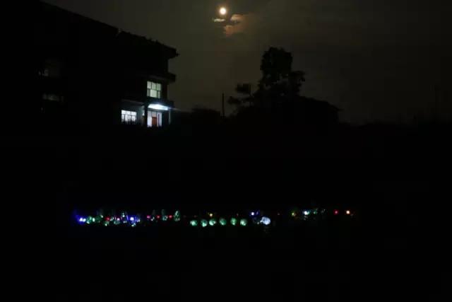黑夜最亮的光,照亮我前行。
