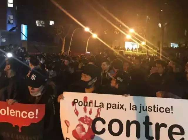 3月27、28日晚,旅法华人在19区警局前自发悼念示威,与法国警察对峙。