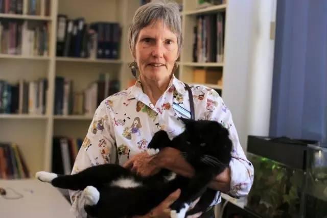 露易丝和爱猫巴吉拉