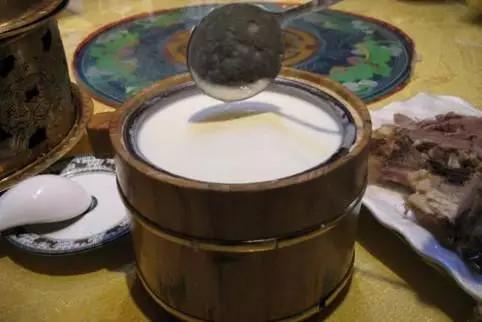 馬奶酒又叫酸馬奶,傳統的馬奶酒是將馬奶收貯于皮囊中,加以攪拌,數日后便乳脂分離,發酵成酒。