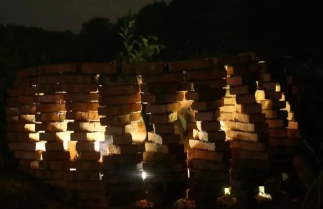 黑夜里,光影变幻,更有一种美妙的视觉效果。