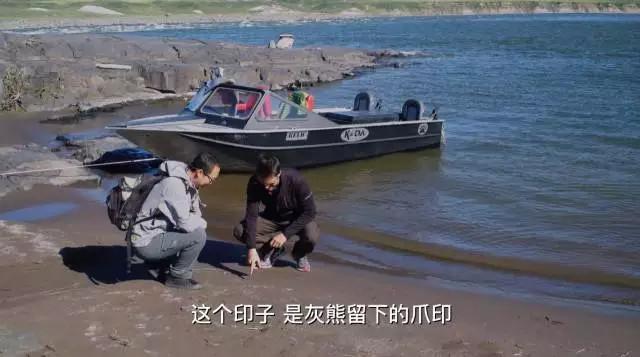 两位骑手乘船游览科珀曼河(Coppermine River)还意外邂逅了河岸边新鲜而清晰的灰熊爪