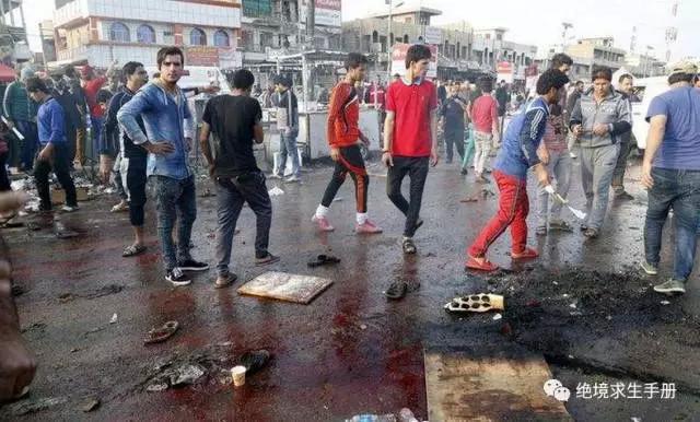 伊拉克首都巴格达自杀炸弹袭击,数十人伤亡,满地血污,看镜头的年轻人在思考什么?