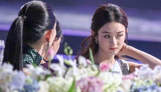 赵丽颖和谢娜两大女神热聊甚是开心,可是赵丽颖这眼角是怎么了?