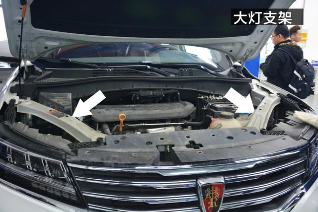 接下来是拆除保险杠,在拆除之前,我们看到荣威rx5发动机舱内有左右两
