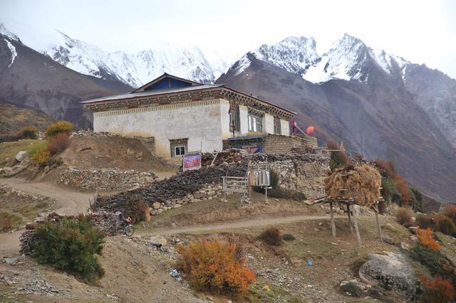 被冰川环绕的藏族村寨,一个叫人词穷的绝美之地!