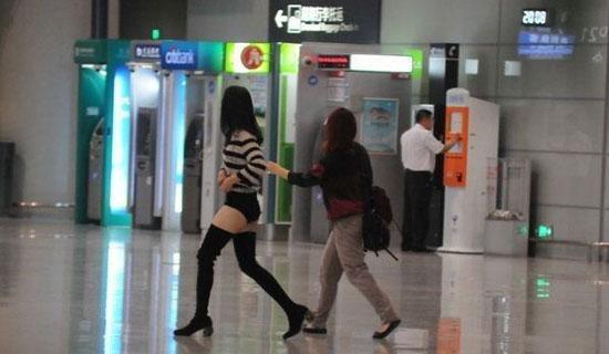 姚晨内裤外穿现身机场,走路很是奔放,大腿根的肉都要掉出来了!