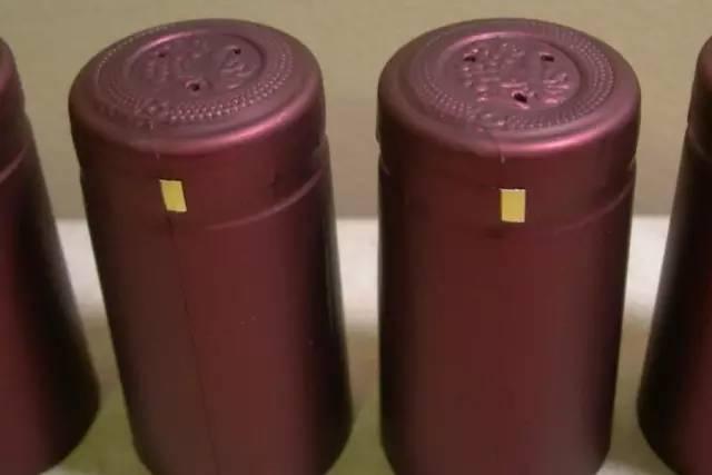 那么葡萄酒瓶封上的小孔到底有哪些作用呢?事实上,这并不是一瓶葡萄酒的缺陷,相反,适量的几个小孔对葡萄酒还有以下 3 点积极作用: (1)排气  这些小孔可作套帽时排气用。在机械套帽的过程中,如果没有小孔排气,瓶帽和瓶口之间会有空气形成气垫,使得酒帽下落缓慢,影响机械流水线的生产的速度,而且在滚帽(锡箔帽)和加热(热塑帽)的时候,残余空气会被封闭在酒帽当中,影响封帽外观。 (2)换气 这些小孔还是葡萄酒的透气孔,可以方便陈年的进行。少量的氧气对于葡萄酒来说是有好处的,而这些透气孔就是为了帮助葡萄酒在完全密封