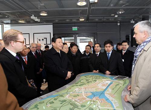 ▲2010年3月,国家主席习近平参观哈马碧生态城,新华社记者 兰红光 摄